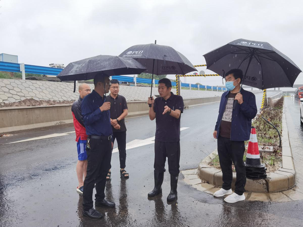 副总经理王明远到大河路检查指导防汛工作